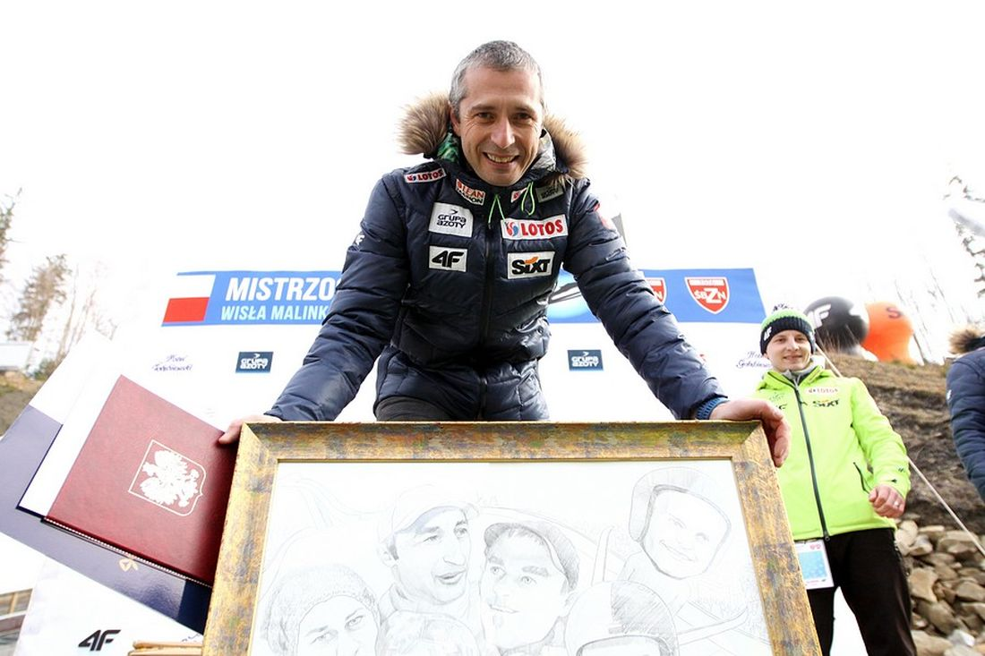 Łukasz Kruczek z pamiątkową karykaturą przedstawiającą kadrę A (fot. Alicja Kosman / PZN)