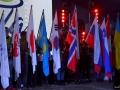 Wolontariusze z flagami w Wiśle (fot. Bartosz Leja)