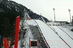 Drużyny trenują na lodowych torach najazdowych w Oberstdorfie