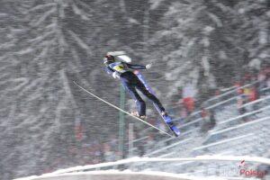 Skoczek narciarski tuż po wyjściu z progu, fot. Stefan Piwowar
