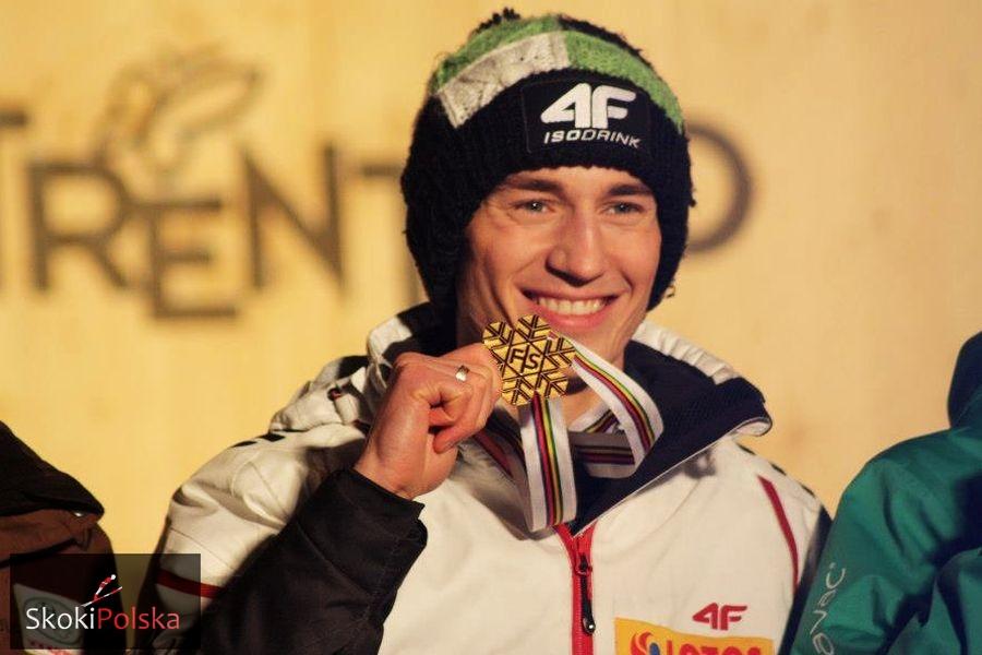 Kamil Stoch ze złotym medalem MŚ w Predazzo (fot. Julia Piątkowska)