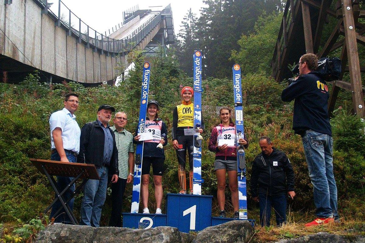 Podium turniejowej klasyfikacji generalnej (od lewej na podium: Z.Pesatova, A.Reisch, L.Malsiner), fot. Klaus Purucker