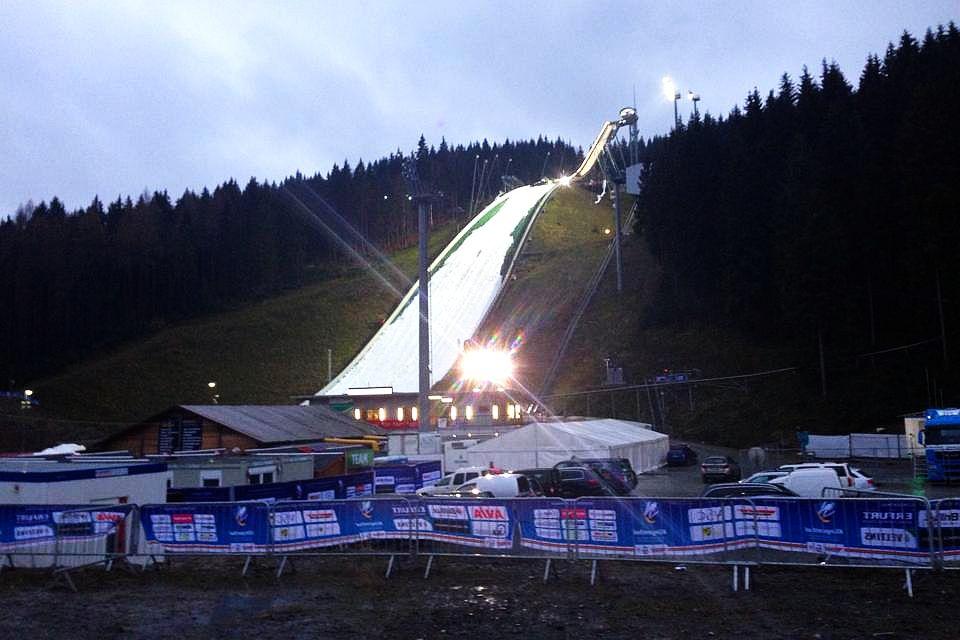 Na skoczni w Klingenthal wciąż trwa naśnieżanie zeskoku (fot. weltcup-klingenthal.de)