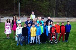 Podium Memoriału i zawodnicy kategorii junior E (fot. Mikołaj Szuszkiewicz / Okiem skoczniołaza)