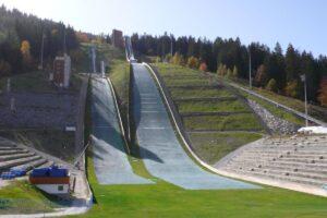 Courchevel - 'Tremplin au Praz' HS-96, po lewej stronie (fot. skisprungschanzen.com)