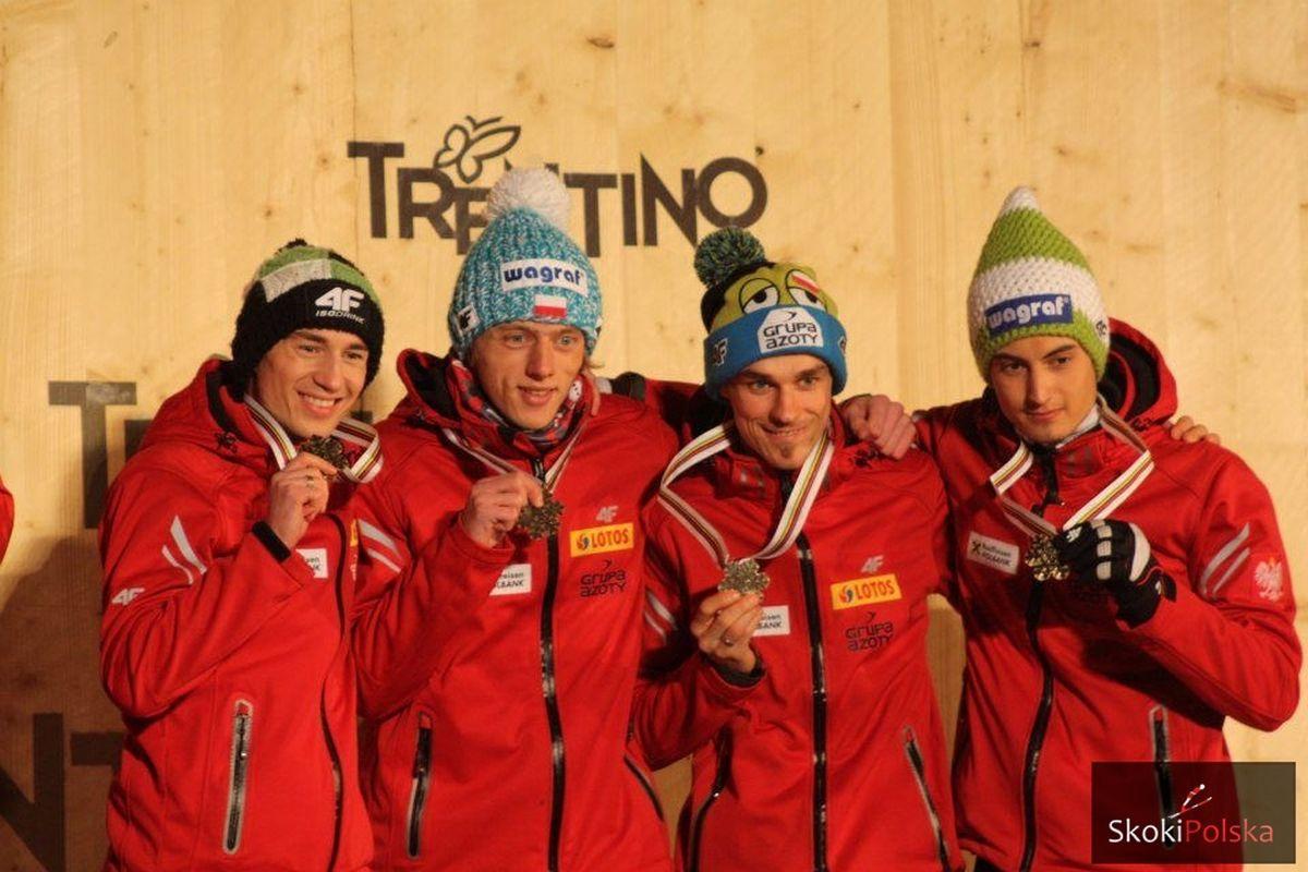Kamil Stoch, Dawid Kubacki, Piotr Żyła i Maciej Kot z brązowymi medalami MŚ w Predazzo, fot. Julia Piątkowska