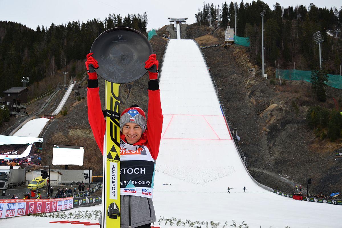 Kamil Stoch w Vikersund triumfujący w 1. edycji Raw Air (fot. Przemek Wardęga)