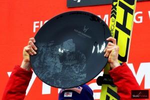 Trofeum za triumf w Raw Air (fot. Maria Grzywa)