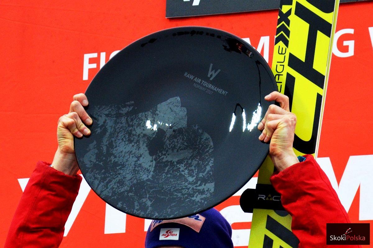 """Trofeum zwycięzcy turnieju """"Raw Air"""" (fot. Maria Grzywa)"""
