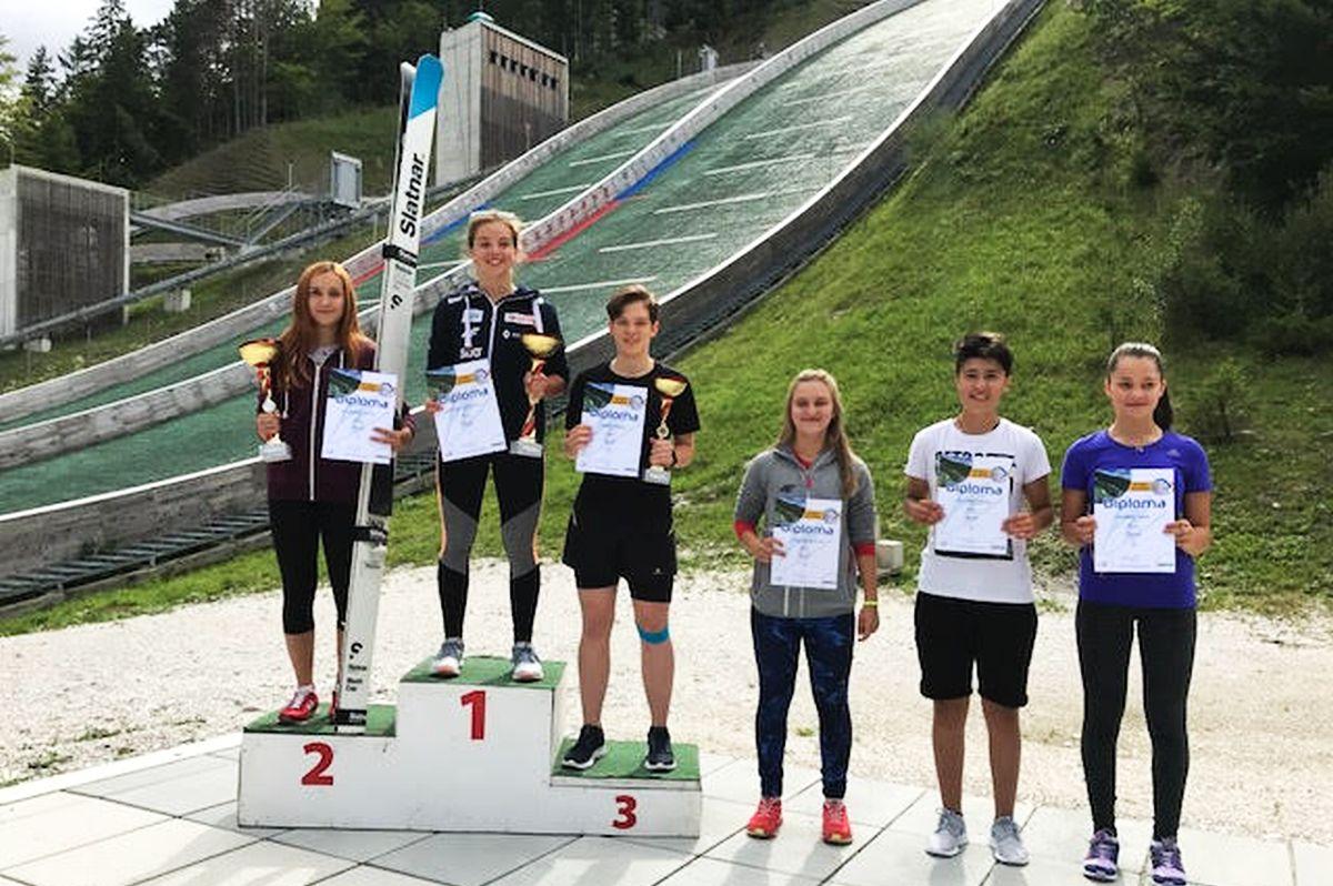 Kamila Karpiel na najwyższym stopniu podium w Planicy (fot. Renata Nadarkiewicz)