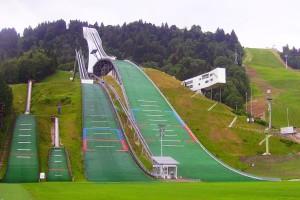 Kompleks skoczni w Garmisch-Partenkirchen (Grosse-Olympiaschanze po prawej), fot. Zairon / CC BY-SA 3.0)