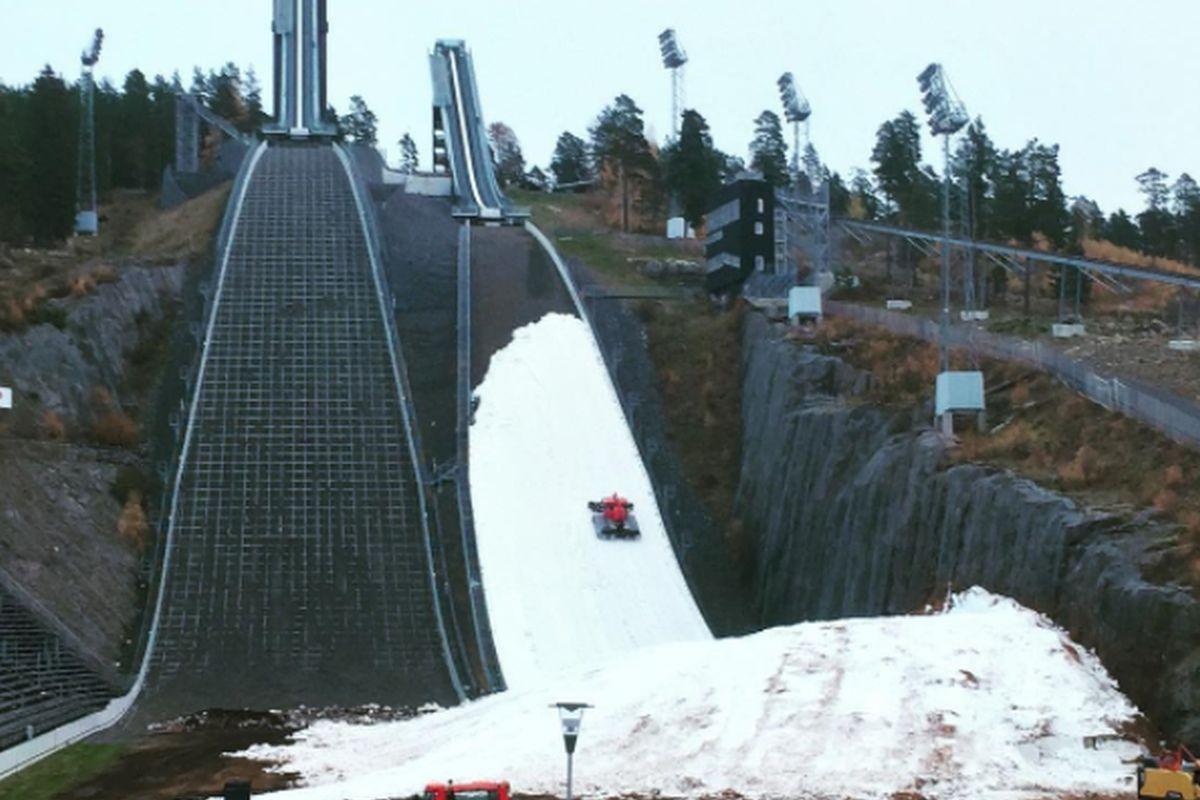 Kompleks skoczni Lugnet z przygotowywanym do skoków na śniegu obiektem HS-100 (fot. skidspelen.se)