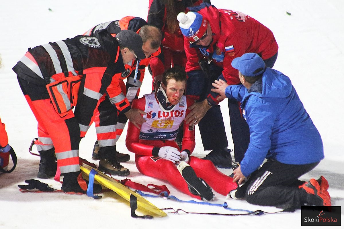 Ratownicy medyczni zajmują się Denisem Kornilovem (fot. Julia Piątkowska)