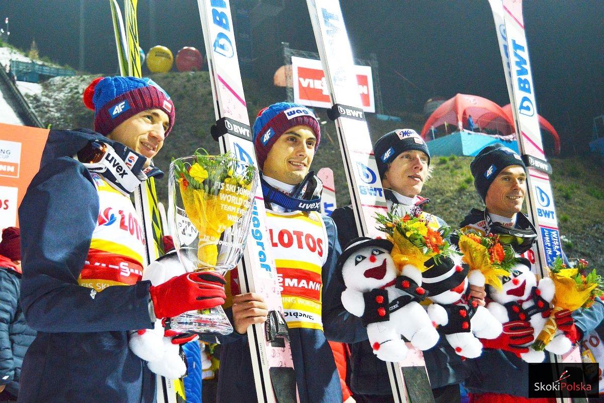 Polscy skoczkowie na podium w Wiśle (od lewej: Stoch, Kot, Kubacki, Żyła), fot. Bartosz Leja