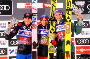 Triumfujący Kamil Stoch w Innsbrucku w 2018 r., obok niego na podium Daniel-Andre Tande i Andreas Wellinger (fot. Julia Piątkowska)