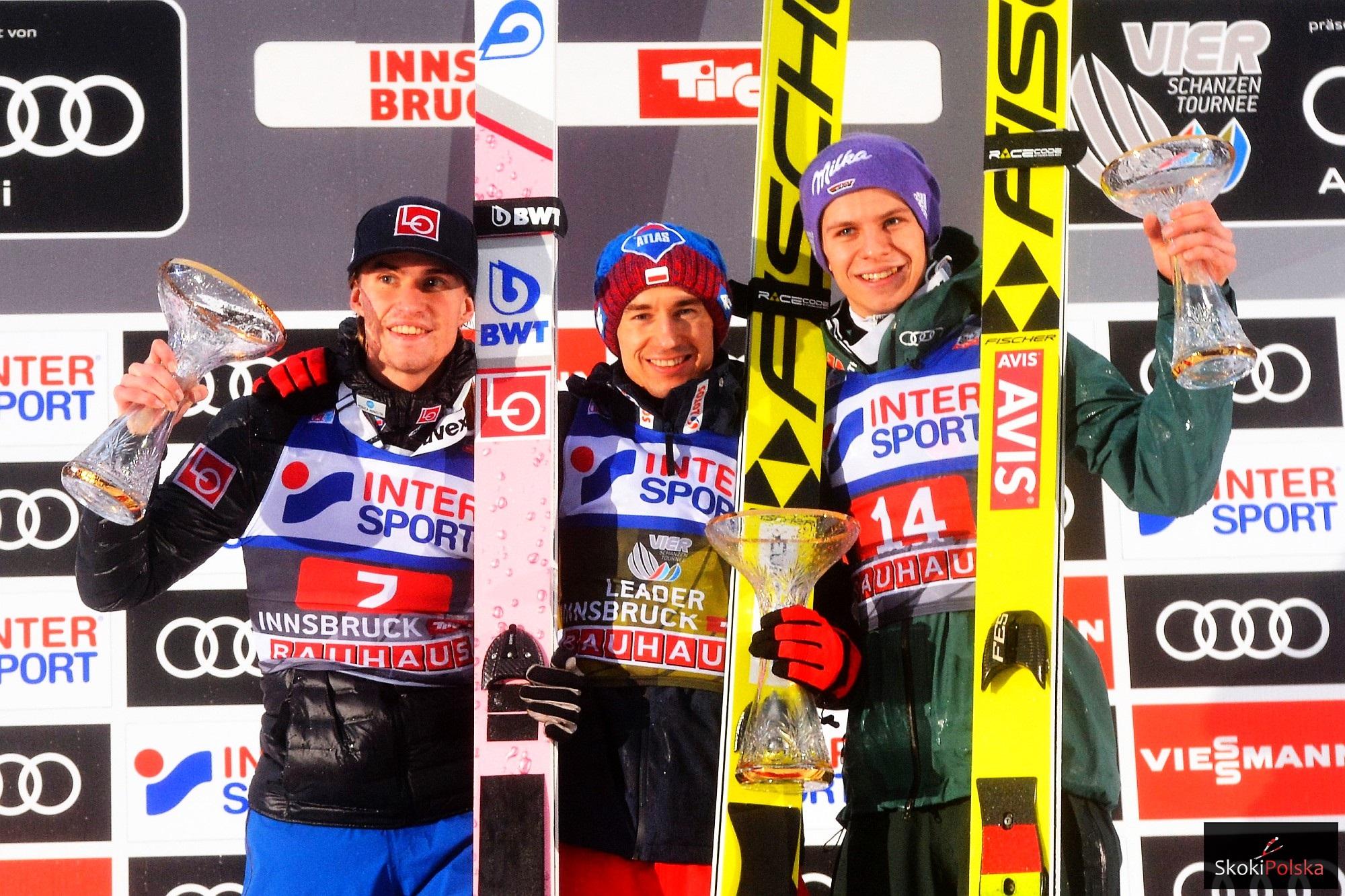 Kamil Stoch wygrywa w Innsbrucku, obok niego na podium Daniel-Andre Tande i Andreas Wellinger (fot. Julia Piątkowska)