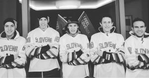 Słoweńska drużyna w strojach do hokeja (źrodło: www.instagram.com/team_slovenia_skijumping)