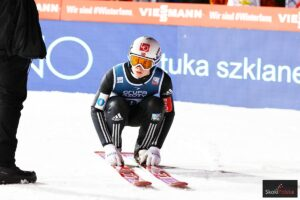 PK Klingenthal: Lindvik wygrał trening po dalekim locie, zmienne warunki