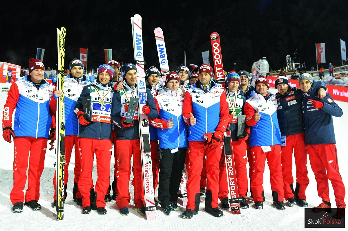 Polska drużyna skoczków narciarskich ze sztabem szkoleniowym (fot. Julia Piątkowska)