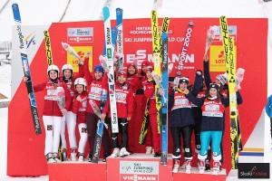 Podium pierwszej żeńskiej drużynówki PŚ w historii, Hinterzarten 2017 (od lewej: Rosjanki, Japonki, Francuzki), fot. Frederik Clasen