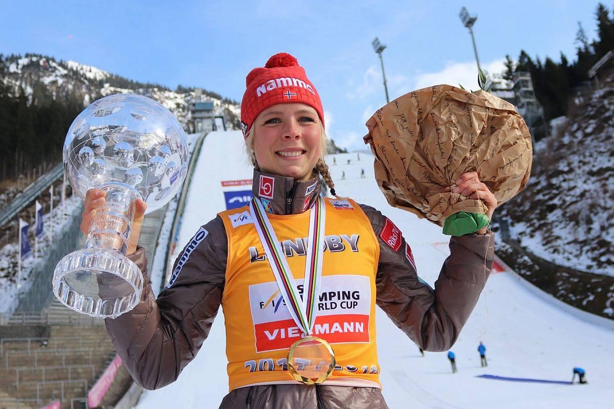 Maren Lundby z Kryształową Kulą za sezon 2017/2018 (fot. Konstanze Schneider)