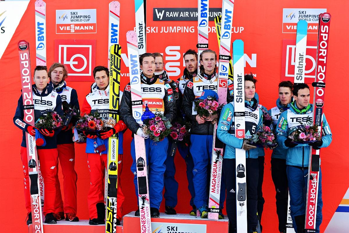 Podium konkursu w Vikersund (od lewej: Polacy, Norwegowie, Słoweńcy), fot. Przemek Wardęga