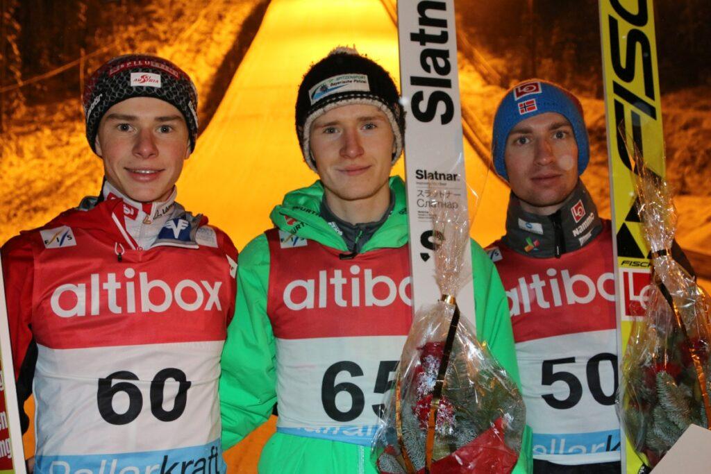 Fabian Seidl (w środku) po triumfie w zawodach FIS Cup w Notodden (Heddalhopp.no)