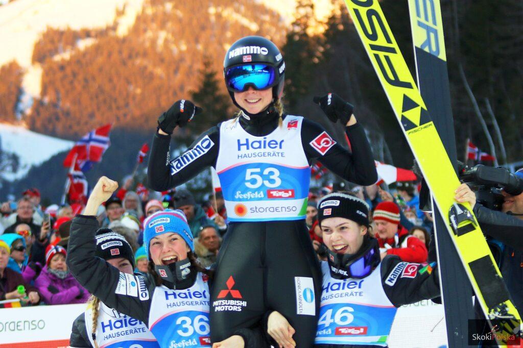 Maren Lundby niesiona przez koleżanki z drużyny (fot. Julia Piątkowska)