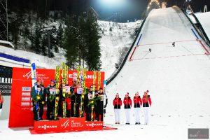 Podium konkursu, w tle skocznia Salpausselka (fot. Anna Trybuś)