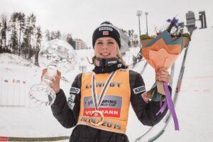 Maren Lundby z Kryształową Kulą za PŚ 2018/2019 (fot. FIS Ski Jumping Chaikovsky)