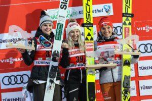 PŚ Pań Klingenthal: Hoelzl wygrywa pierwszy konkurs w karierze, Lundby poza podium [WYNIKI]
