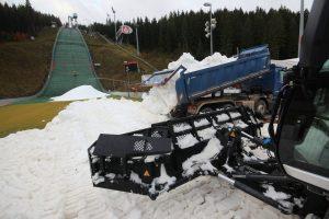 Klingenthal 2019 snieg weltcup 300x200 - Incydent w Klingenthal: Nieznany sprawca jeździł samochodem po śniegu przeznaczonym na skocznię [FOTO]