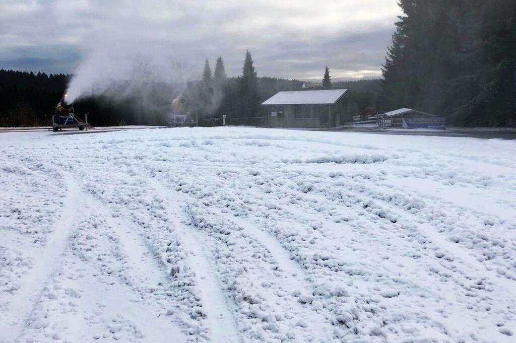 Uszkodzona pokrywa śnieżna w Klingenthal (fot. Weltcup-Klingenthal.de)