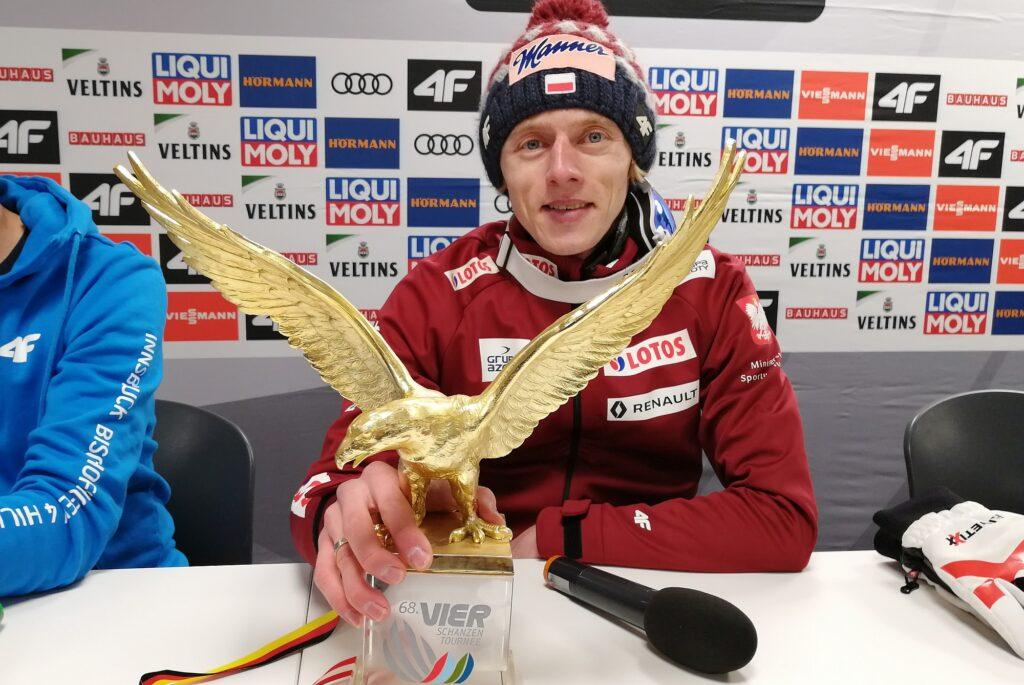 Dawid Kubacki ze Złotym Orłem (fot. Julia Piątkowska)