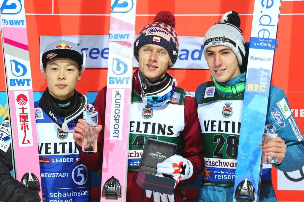 Podium konkursu (od lewej: Kobayashi, Kubacki, Zajc), fot. Diana Waldvogel / Weltcupskispringen.com