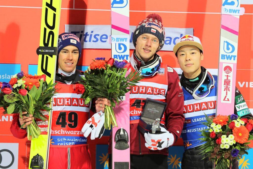 Podium konkursu (od lewej: Kraft, Kubacki, Kobayashi), fot. Diana Waldvogel / Weltcupskispringen.com