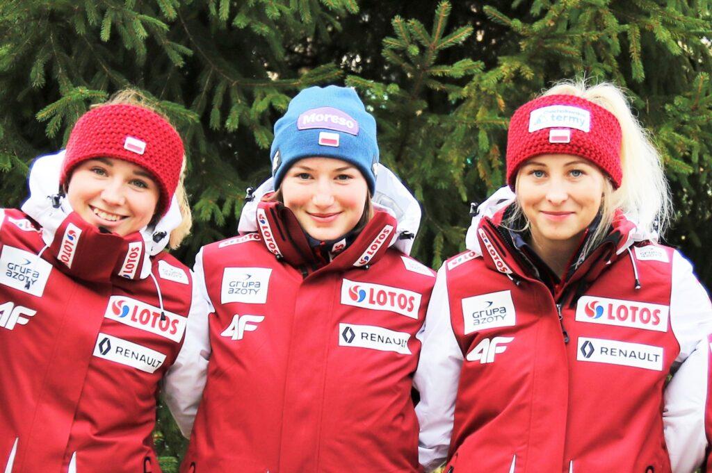 Polskie skoczkinie (od lewej: Twardosz, Rajda, Szwab), fot. Anna Karczewska / PZN