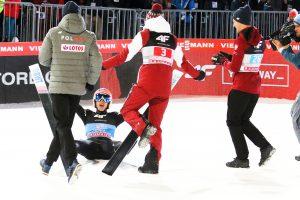 Triumfujący Dawid Kubacki z kolegami z drużyny (fot. Julia Piątkowska)