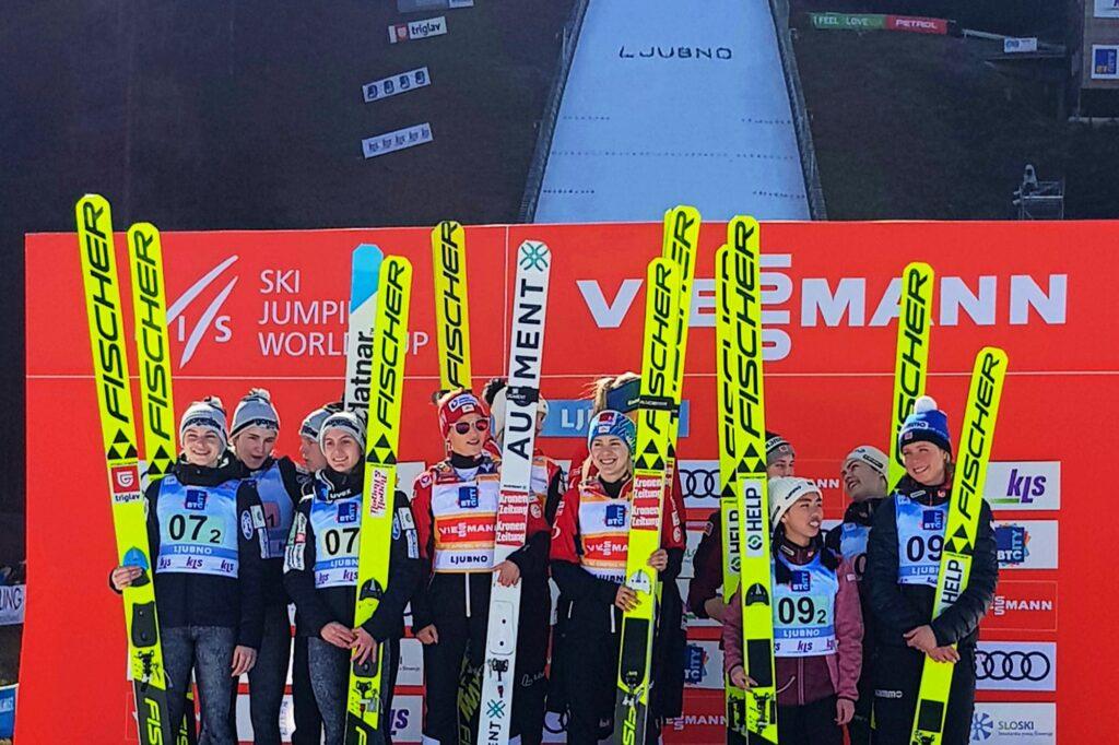 Podium konkursu (od lewej: Słowenki, Austriaczki, Norweżki), fot. Ljubno FIS Ski Jumping World Cup Women