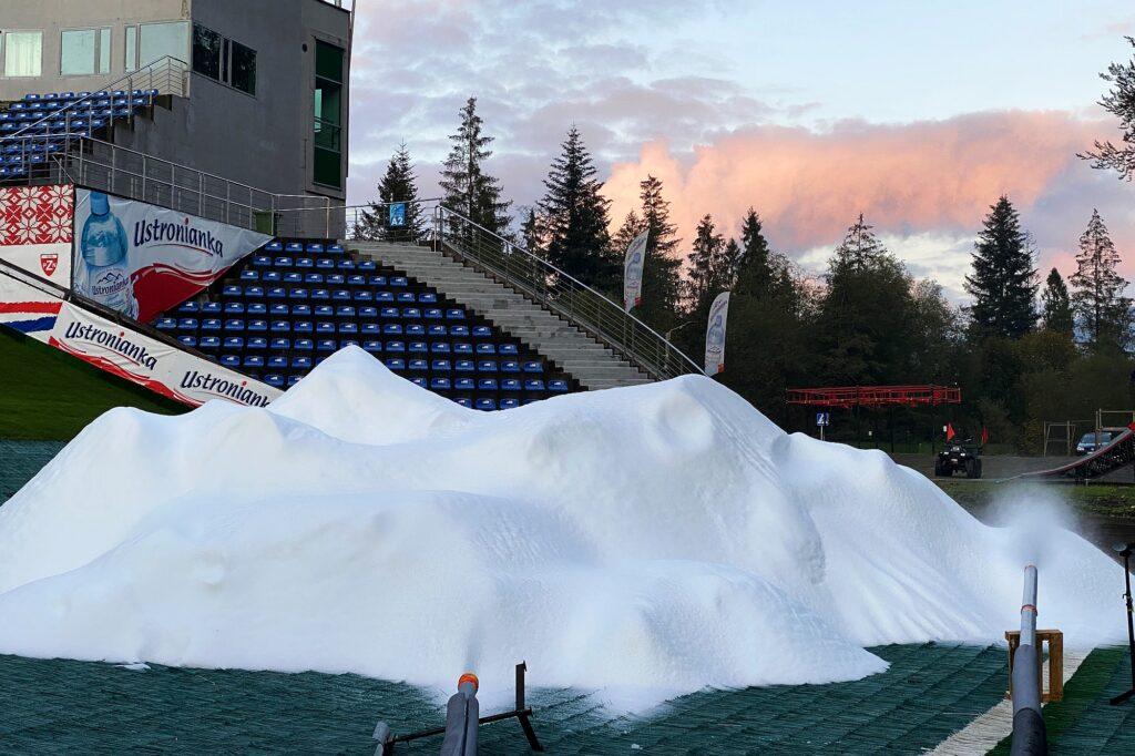 Trwa produkcja śniegu w Wiśle. Puste trybuny na inauguracji PŚ prawie pewne
