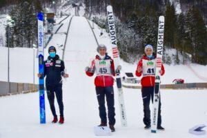 Bartol Steiner Fettner podiumPKEngelberg2020 fot.FIS  300x200 - PK Engelberg: Steiner najlepszy w poniedziałek, Wolny zapewnia Polakom wysoką kwotę startową