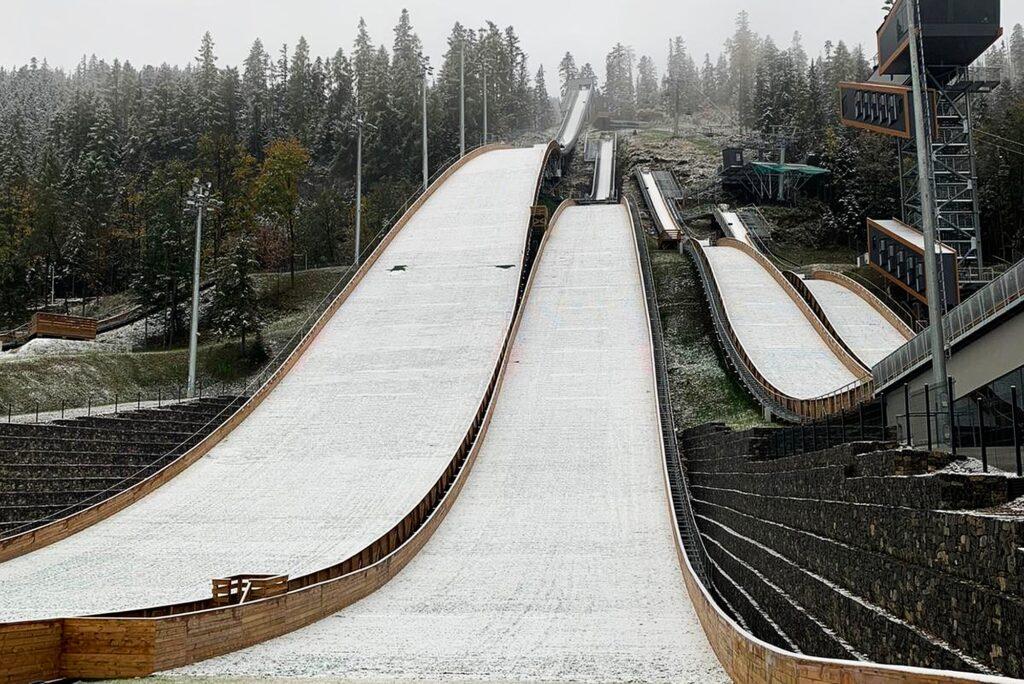 """Read more about the article Śnieg na skoczniach w Zakopanem i rekord skoczni Wróbla na """"zimowym"""" rozbiegu [WIDEO]"""